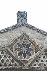 Monument sépulcral - Deutsch:   Chambon-sur-Lac, Friedhofskapelle, Narthex Inkrustationen