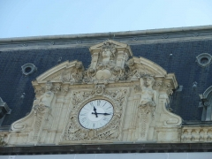 Théâtre - English: Detail of the municipal opera of Clermont-Ferrand (place de Jaude). The clock is on the front of the opera.