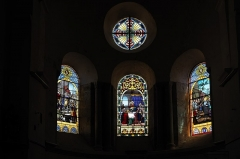 Eglise Sainte-Agathe - Deutsch:   Katholische Pfarrkirche Sainte-Croix, auch Sainte-Agathe, in Ris im Département Puy-de-Dôme (Auvergne-Rhône-Alpes), Bleiglasfenster im Chor