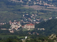 Ancien château fort - English: Look to Saint-Saturnin and its castle from Olloix (Puy-de-Dôme, France).