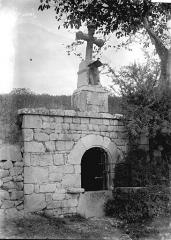 Tête de croix du 16e siècle placée sur une fontaine -