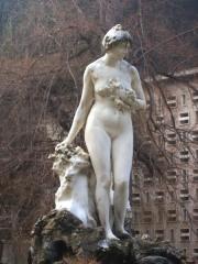 Thermes Chambert -  Détails de la statue de la vallée du Lys de Jean Marie Mengue à Luchon