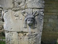 Ruines antiques - Deutsch: Römische Spolie (Theatermaske) an der Südseite der Kirche Saint-Just de Valcabrère