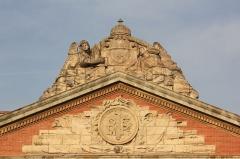 Hôtel de ville appelé Le Capitole - Statue sur le fronton du Capitole de Toulouse (MH: PA00094497) - Deux anges sur le fronton et le symbole RF