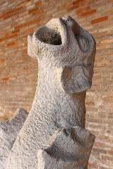 Ruines de l'église des Cordeliers -  Gargouille du couvent des Cordeliers dans le cloître du musée. La variété des formes données aux gargouilles est prodigieuse: il n'en existe pas deux identiques en France, bien que les monuments du Moyen-Âge en soient couverts. Beaucoup de ces gargouilles sont des chefs-d'œuvre de sculpture.