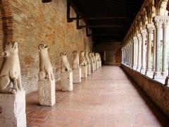 Ruines de l'église des Cordeliers -  Musée des Augustins, ville de Toulouse, région Midi-Pyrénées (France):   allée des gargouilles dans le cloitre