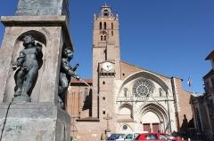 Fontaine - Français:   La fontaine du Griffoul et la cathédrale Saint Etienne, Toulouse, France