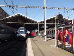 Gare de Toulouse-Matabiau - Nederlands: TER trein in Toulouse-Matabiau. Reclame voor de