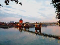 Hospice de la Grave - Français:   L\'eau de la Garonne, la brique et les lumières de la ville...  Ce rouge coiffé de vert, c\'est une chapelle au pied de laquelle les indigents, les pestiférés, les pauvres, les malades trouvaient soins, nourriture, abri et... instruction! Le lieu, l\'hôpital de La Grave, est toujours dédié aux soins.  Mais de loin, de l\'autre berge, c\'est une des plus belles images de Toulouse, dont personne ici, ne se lasse.
