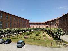 Hôtel-Dieu - Français:   Cet édifice est répertorié dans la base Mérimée, base de données sur le patrimoine architectural français du ministère de la Culture, sous la référence PA00094545 .