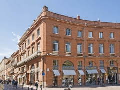 Place Wilson - English:  Facade of Building 8 place of President Thomas Wilson, Toulouse, by Jacques-Pascal Virebent.