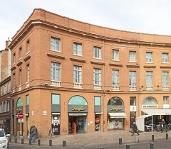 Place Wilson - English:  Facades of Building 11 and 2 place of President Thomas Wilson, Toulouse, by Jacques-Pascal Virebent.