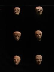 Ancien couvent des Jacobins -  Petits masques de terre cuite provenant de Teotihuacan (hauteur:4,5 cm environ).Musée d'Auch.