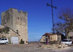Fortifications -  Place de la mairie de Capdenac-le-Haut ou l'on peut apercevoir le donjon appelé aussi tour de Modon.