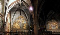Chapelle Notre-Dame-de-Pitié - Français:   Figeac - Chapelle Notre-Dame-de-Pitié, vue d\'ensemble du décor constitué de 4 panneaux sculptés dans le bois, peints et dorés: 2 sur le mur oriental et 2 sur le mur méridional encadrant l\'autel-retable.