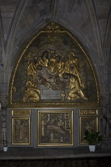 Chapelle Notre-Dame-de-Pitié - English:  Altar and retable of the right aisle: Entombment, Child Jesus on the cross in the middle of the instruments of the passion between two angels.