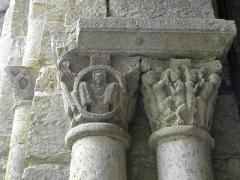 Ancienne abbaye Saint-Pierre - Chapiteaux géminés de l'entrée de la salle capitulaire de l'abbaye de Marcilhac-sur-Celé (46).