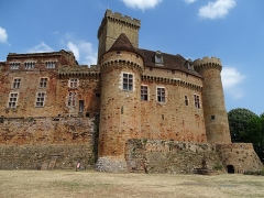 Château de Castelnau-de-Bretenoux - English: A model of a fortified castle. The castle, seat of the powerful family of the barons of Castelnau, is an imposing testimony to the evolution of castrated architecture.