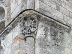 Eglise Saint-Michel - Deutsch: Kirche Saint-Michel in Lescure-d'Albigeois, Kapitell an der rechten Ecke der Portalfront (stark verwittert)