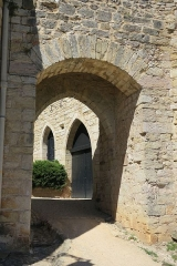 Restes des remparts - English: Puycelsi. Guards House, with Irissou gate in the foreground.