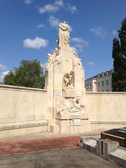 Jardin de l'Abbaye, dit aussi square Lucien Beaufrère - Français:   Vierzon Art déco Jardin abbaye vue arrière du monument aux morts