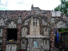 Maison Picassiette, actuellement musée Picassiette - Deutsch: Hinterhof des Picassiette-Hauses, Chartres, Département Eure-et-Loire, Region Zentrum-Loiretal, Frankreich