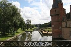 Ancien aqueduc de Pontgouin à Versailles (également sur communes de Maintenon et Berchères-Saint-Germain) - English: Part of the Château de Maintenon, with the aqueduct in the background.