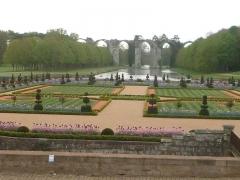 Ancien aqueduc de Pontgouin à Versailles (également sur communes de Maintenon et Berchères-Saint-Germain) - Français:   photographie des jardins du château de Maintenon en Eure-et-Loir.