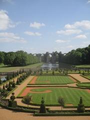 Ancien aqueduc de Pontgouin à Versailles (également sur communes de Maintenon et Berchères-Saint-Germain) - Français:   Vue du jardin du château de Maintenon en mai 2015.