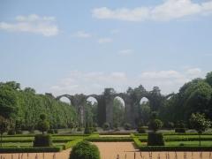 Ancien aqueduc de Pontgouin à Versailles (également sur communes de Maintenon et Berchères-Saint-Germain) - Français:   Vue du jardin du château de Maintenon. Au fond, l\'aqueduc.