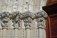 Eglise Notre-Dame - Châtillon-sur-Indre (Indre).  Eglise Notre-Dame.  Chapiteaux romans du portail ouest.  Le portail occidental, autrefois protégé par un narthex dont les arrachements ont subsisté, montre Adam, Eve et le serpent, et toute une thématique de la lutte des forces du Bien et du Mal.  L\'étendu du bestiaire est impressionnant: oiseaux, monstres, griffons, dragons, anges et les sirènes, etc. Sur le chapiteau de droite, on découvre Adam et Ève chassés du jardin d\'Éden.  Restauré en 2002 et 2006.    Notre-Dame church.   Capitals of the western Romanesque portal.