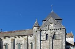 Eglise Notre-Dame -  Châtillon-sur-Indre (Indre). Eglise Notre-Dame, façade sud.  Sur la partie supérieure du transept sud, sculpture romane du pignon représentant un Christ bénissant entre deux anges.  Le bandeau inférieur représente: à gauche un épisode de la vie de saint Outrille - un pilleur d'église puni par saint Outrille - à droite les méchants sont précipités par des diables dans la gueule d'un léviathan figurant l'Enfer.   Cette sculpture provient vraissemblablement d'un édifice antérieur.