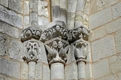 Eglise Notre-Dame -  Châtillon-sur-Indre (Indre). Eglise Notre-Dame. Chapiteaux romans du portail ouest.  Le portail occidental, autrefois protégé par un narthex dont les arrachements ont subsisté, montre Adam, Eve et le serpent, et toute une thématique de la lutte des forces du Bien et du Mal.  L'étendu du bestiaire est impressionnant: oiseaux, monstres, griffons, dragons, anges et les sirènes, etc. Sur le chapiteau de droite, on découvre Adam et Ève chassés du jardin d'Éden. Restauré en 2002 et 2006.   Notre-Dame church.   Capitals of the western Romanesque portal.