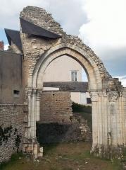 Ancienne abbaye Notre-Dame-du-Bourg-Dieu - Français:   Abbaye Notre-Dame de Déols, dans l\'Indre (bâtiment catholique bénédictin de style roman édifié entre les Xe et XIIIe siècles). Vue rapprochée de la porte de jonction entre l\'église et le cloître.