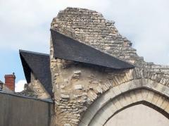 Ancienne abbaye Notre-Dame-du-Bourg-Dieu - Français:   Abbaye Notre-Dame de Déols, dans l\'Indre (bâtiment catholique bénédictin de style roman édifié entre les Xe et XIIIe siècles). Détail d\'un pan du toit de tuiles conservé près de la porte de jonction entre l\'église et le cloître.