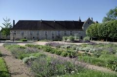Ancien hôtel-Dieu - Issoudun (Indre).  Musée de l\'Hospice Saint-Roch.  Le Musée de l\'Hospice Saint-Roch est installé en partie dans l\'ancien Hôtel-Dieu fondé au XIIe siècle. L\'ensemble subsistant comprend la chapelle et des salles des malades construites au XVe siècle, et deux ailes des XVIIe et XVIIIe siècles.   Un bâtiment moderne, oeuvre de l\'architecte Pierre Colboc, complète l\'ensemble depuis 1995.   Cet intéressant et riche musée de la Région Centre est entièrement gratuit.