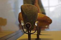 Ancien hôtel-Dieu - Issoudun (Indre).  Musée de l\'Hospice Saint-Roch.   Haches polies du Néolithique final (Vers 2500 ans avant J.-C.), en provenance des communes de Pruniers et Sainte-Fauste.