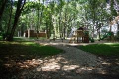 Château - Français:   Aire de jeu pour enfants reconstituant un fort et des tipis  (parc du château de Palluau-Frontenac).