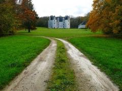 Château des Brétignolles - Français:   Vue de la façade principale du château des Brétignolles depuis le portail en automne 2019.