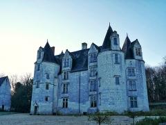 Château des Brétignolles - Français:   Vue de la façade du château des Brétignolles à Anché, Indre-et-Loire. Château gothique construit en 1498. A gauche, la chapelle seigneuriale.