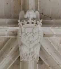 Château des Brétignolles - Français:   Clé de voute aux armes de la France (trois lys d\'or) accompagné d\'un ange bienveillant, dans la chapelle du château des Brétignolles à Anché.