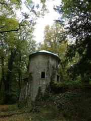 Château des Brétignolles - Français:   Tour médiévale du 14e siècle dans le parc du château des Brétignolles.  Probablement un vestige de rempart ou un poste de garde.