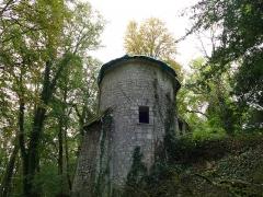 Château des Brétignolles - Français:   Tour défensive du 14e siècle, épaulée de 3 contreforts et équipée de 4 archères, dans le parc du château des Brétignolles.