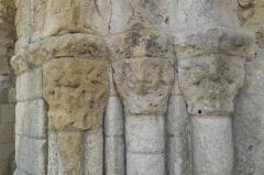 Eglise Notre-Dame - Deutsch:   Katholische Pfarrkirche Notre-Dame in La Celle-Guenand im Département Indre-et-Loire (Centre-Val de Loire/Frankreich), Kapitelle am Portal