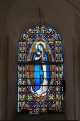 Eglise Notre-Dame - Deutsch:   Katholische Pfarrkirche Notre-Dame in La Celle-Guenand im Département Indre-et-Loire (Centre-Val de Loire/Frankreich), Bleiglasfenster: Darstellung: Maria im Strahlenkranz (Mondsichelmadonna)