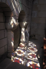 Eglise Notre-Dame - Deutsch:   Katholische Pfarrkirche Notre-Dame in La Celle-Guenand im Département Indre-et-Loire (Centre-Val de Loire/Frankreich), Spiegelung eines Bleiglasfensters