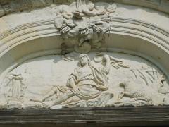 Ancienne chartreuse du Liget - Français:   Bas-relief consacré à Saint Jean-Baptiste, du tympan (orienté face à la Chartreuse) du monumental portail (XVIIIe) de la Chartreuse du Liget, en Indre-et-Loire, en France.