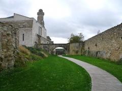 Château du Grand Pressigny - Français:   Vue d\'ensemble du fossé ouest du château du Grand-Pressigny, Indre-et-Loire, Centre, France.