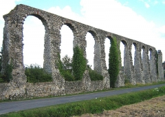 Vestiges de l'aqueduc romain - English: The Roman Aqueduct at Luynes photographed from the road passing by it on 7th August, 2008 by Clifton Jones.