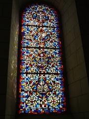 Eglise abbatiale bénédictine Saint-Pierre - Français:   Vitrail de l\'abside de l\'église-abbatiale St Pierre de Preuilly (XXe)
